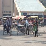 das untere Ende von Pahrganj Main Road   Ram Krishna Marg Ashram