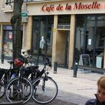 Wo soll man sonst seinen Cafe au Lait trinken, wenn nicht im Cafe de la Moselle?