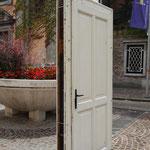 Дверь посреди улицы около Крижанк, старого монастыря, который был обновлен конечно же по планам того же Плечника