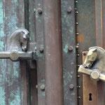 Двери национальной и университетной Библиотеки. Ручки, которые были созданы по проекту Йоже Плечника, удивительно талантливого словенского архитектора начала 20 века