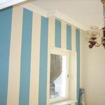Mit Latexfarbe abgesetzte Streifen in Blau