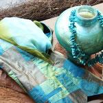 Blau-grüne Symbiose bestehend aus Patchwork-Weste, Vase und Türkis-Nuggets-Kette