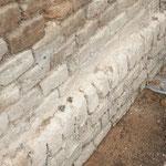 Mauersockel vor der Sanierung