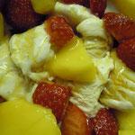 Vanilleeis mit Erdbeeren, Mango und Löwenzahnsirup! Sehr lecker, mmmmh :-)