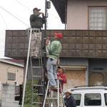 防犯灯に取り付け作業