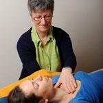 Klientin während einer Craniosacral-Therapie bei Eva-Maria Kettner, © Foto: Daria Kołacka