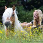 Haflinger liegt mit Frau im Gras-Pferdeshooting mit Tierpfoto