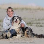 Frau mit Australian Shepherd am Strand-Fotografie Annett Mirsberger