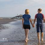 Pärchen geht Hand in Hand am Strand-Fotografie Annett Mirsberger