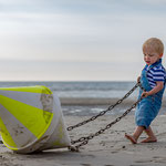 Kleiner Junge spielt mit Boje in St. Peter-Ording