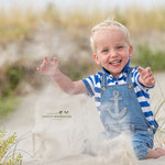 Kleiner Junge spielt am Strand in St. Peter-Ording
