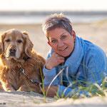 Frau mit Golden Retriever fotografiert von Fotografie Annett Mirsberger