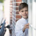 Junge steht an geöffneter Terrassentür-Fotografin Annett Mirsberger