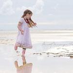 Fotografie Annett Mirsberger_Mädchen im rosa Kleid am Strand