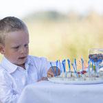 Kleiner Junge am Bufett-Fotografie auf Eiderstedt Annett Mirsberger