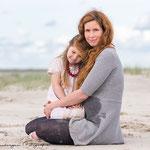 Mutter und Tochter am Strand fotografiert von Annett Mirsberger