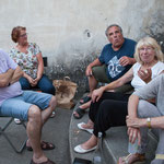 Insoumis et sympathisants vont et viennent, partagent un verre, un morceau et relancent le débat sur la suite des événements. Langoiran, 18 juin 2017