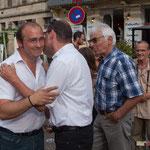 Accolades entre Christophe Miqueu et Stéphane Denoyelle. Permanence mobile / Réunion de place la France insoumise à Saint-Macaire le 9 juin 2017