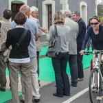 Arrivée d'un groupe de cyclo-touristes sur la Piste Roger Lapébie, vers Bordeaux. Inauguration du gîte d'étape de Citon-Cénac. 01/10/2010