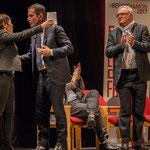 1 Naïma Charaï et Benoît Hamon s'embrassent, sous la standing ovation de Jean-Marie Darmian et du public.