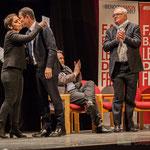 3 Naïma Charaï et Benoît Hamon s'embrassent, sous la standing ovation de Jean-Marie Darmian et du public.