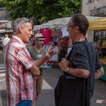 Lionel Chollon en conversation avec un électeur. Marché de Cadillac, 27 mai 2017