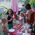 Les enfants ne sont pas en reste...devant ce délicieux gâteau Phi. Langoiran, 18 juin 2018