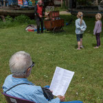 Hirondelle offre des chansons pour tous les âges. Pique-nique des Insoumis de la 12ème circonscription de la Gironde, 4 juin 2017, Esplanade Josselin, le Tourne