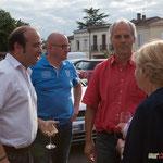 Christophe Miqueu (blanc), Lionel Chollon (rouge) Maire de Loupiac, parrain du comité de soutien. Permanence mobile / Réunion de place la France insoumise à Saint-Macaire le 9 juin 2017