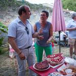 Dernière épreuve aux candidats, Christophe Miqueu et Nathalie Chollon-Dulong, couper ce merveilleux gâteau Phi, dans la joie et la bonne humeur d'avoir accomplit une campagne digne. Langoiran, 18 juin 2017