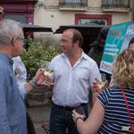 Christophe Miqueu, le verre de l'amitié. Permanence mobile / Réunion de place la France insoumise à Saint-Macaire le 9 juin 2017