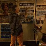 Prendre un excellent slogan. Neutralisation insoumise sur des panneaux électoraux. Créon, 14 juin 2017