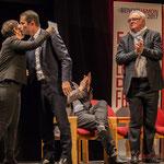 2 Naïma Charaï et Benoît Hamon s'embrassent, sous la standing ovation de Jean-Marie Darmian et du public.