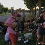 Nathalie Aubin et son accordéon. Pique-nique des Insoumis de la 12ème circonscription de la Gironde, la Réole, 16 juin 2017