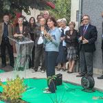 Michelle Cazenove, Sous-préfète de Langon, remarque que la Piste cyclable Roger Lapébie est utilisée. Inauguration du gîte d'étape de Citon-Cénac. 01/10/2010
