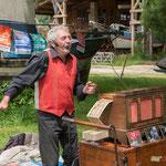Hirondelle, chanteur de rue et son limonaire Fournier. Le Tourne, 4 juin 2017