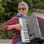 Introduction musicale de Nathalie Aubin, Maire de Haux, accordéoniste. Péniche insoumise de la 12ème circonscription de Gironde. 7 juin 2017, Cadillac.
