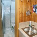 Küche mit Blick zum Bad mit Dusche/WC