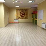 Наш большой светлый зал вмещает до 20 человек.В большом зале проходят занятия по йоге,пилатесу,калланетике и т.д.