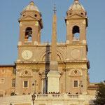 Обелиск Салюстия и церковь на Испанской площадью