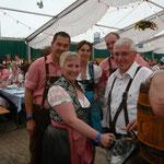 Alle freuen sich mit dem Bürgermeister auf´s erste Bier vom Fass...