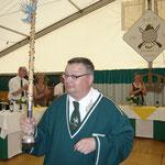 Der König 2013 dirigiert den Spielmannszug Füchtorf
