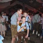 Und die Jungs posen mit dem Bierkrug in der Hand!!!
