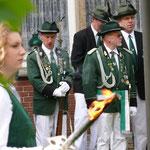 Fackelträ#ger der Schützenmädel am Ehrenmal