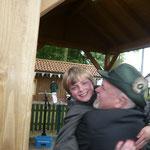 Der neue Kinderschützenkönig Sasko Baune wird von seinem Vater gedrückt