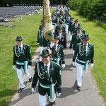 Der stellv. Kommandeur der Ehrengarde mit der Vereinsfahne und der Ehrengarde