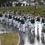 Die Schützenmädels freuen sich bei jedem Wetter, wenn sie marschieren