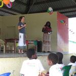 Auch Vera hält eine Rede und gratuliert den Kindern zu ihrem Geburtstag.