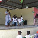 Hausmutter Nancy mit den Schulkindern auf der Bühne