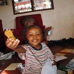 Manu freut sich ueber sein Spielzeugauto. Alle Kinder (natuerlich auch die, die noch keinen Paten haben) haben ein Geschenk bekommen.